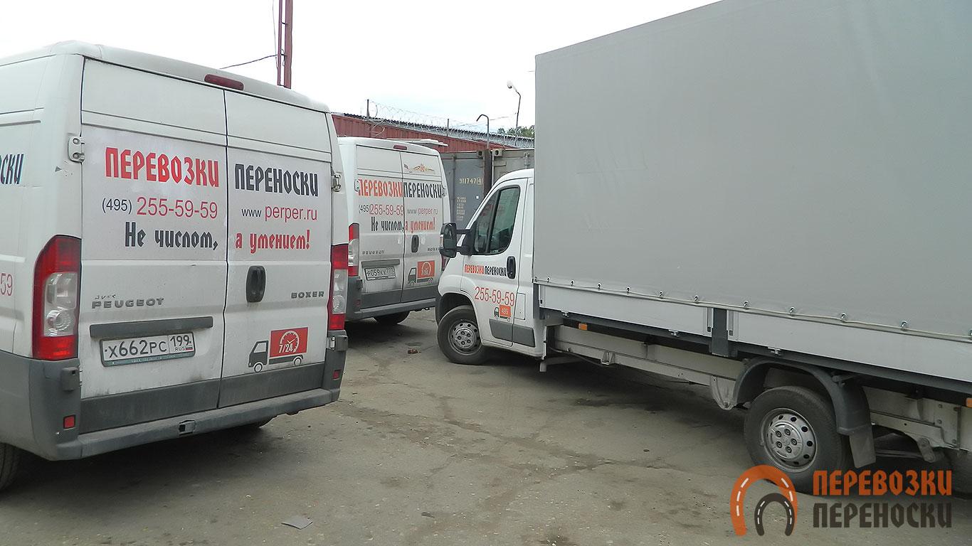 Большой современный автопарк грузовой техники для дачных переездов