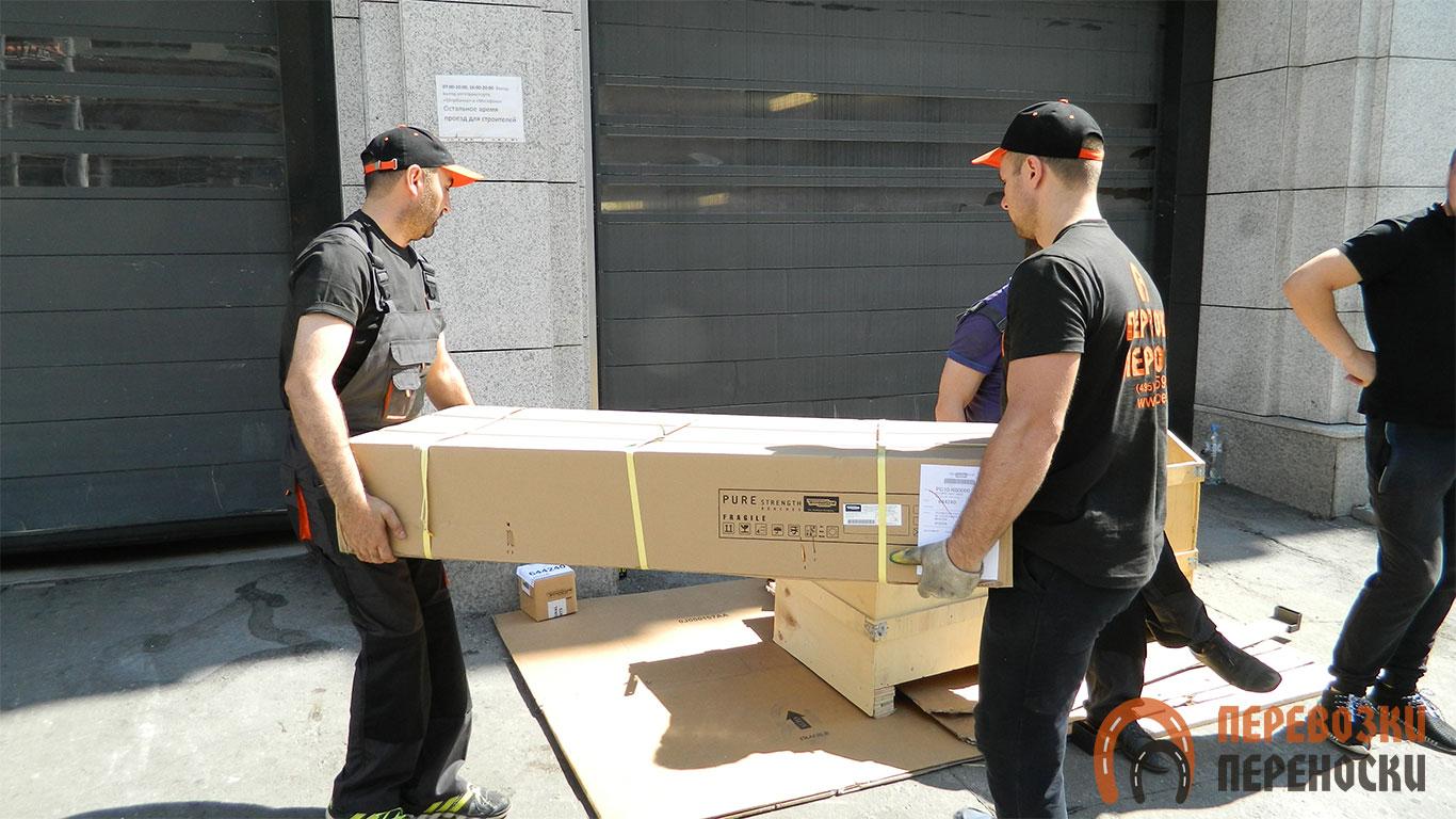 Переноска запакованной мебели грузчиками