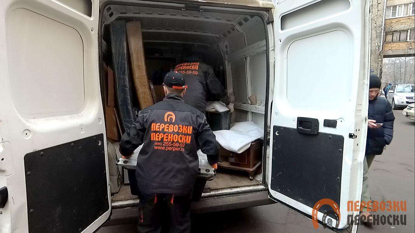 Аккуратная погрузка груза в фургон